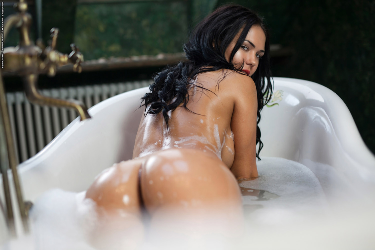 Sexy black girls nude bath in bubbles — img 3